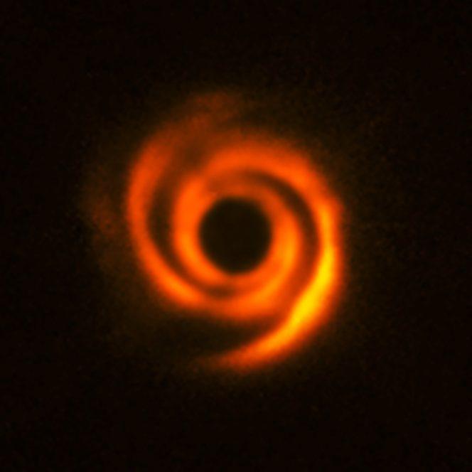 Il disco planetario che circonda la stella HD135344B, a circa 450 anni luce da noi. Il disco mostra chiare strutture simili a bracci a spirale, che si pensa siano formate da due protopianeti massicci, destinati a diventare simili a Giove. La zona centrale dell'immagine appare scura perchè SPHERE blocca la luce della stella centrale per rivelare le strutture molto più deboli che la circondano. Crediti: ESO, T. Stolker et al.