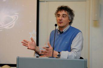 Laureato in Fisica, si occupa professionalmente di scienze planetarie, missioni spaziali e divulgazione scientifica.