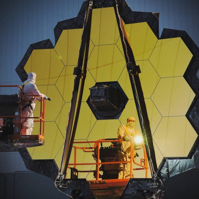 Gli specchi del JWST durante un'attenta ispezione con luce bianca. Crediti: NASA/Chris Gunn