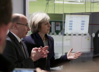 La prima ministra britannica Theresa May all'inaugurazione di due nuovi padiglioni al Wellcome Trust Genome Campus di Cambridge, subito dopo il discorso alla CBI. Crediti: Sanger Institute, Genome Research Ltd