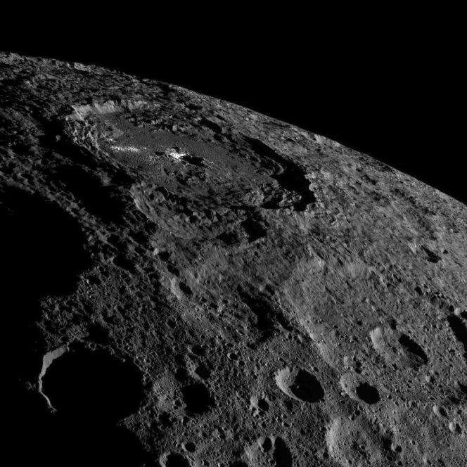 Una porzione dell'emisfero settentrionale del pianeta nano Cerere dominata dal cratere Occator e le sue zone brillanti. L'immagine che ha una rilosuzione di 140 metri per pixel, è stata scattata dalla sonda Dawn il 17 ottobre scorso. Crediti: NASA/JPL-Caltech/UCLA/MPS/DLR/IDA