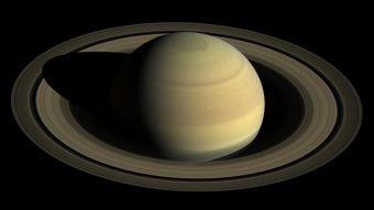Cassini inizierà tra pochi giorni una serie di 20 orbite che la porteranno a sorvolare i poli di Saturno e di osservare da vicino i suoi anelli. Crediti: NASA/JPL-Caltech/Space Science Institute