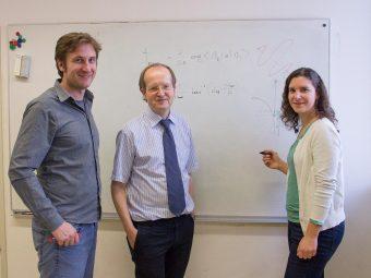 Da sinistra a destra: Stefan Nagele, Joachim Burgdörfer e Renate Pazourek. Crediti: TU Wien