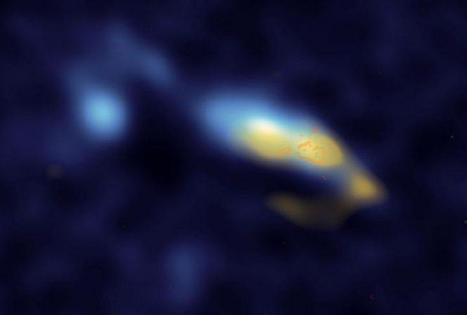 Nella foto la galassia II Zw 40: in giallo vedete la polvere e in arancione gli agglomerati di stelle. Dalle recente osservazioni si evince che queste stelle stanno creando enormi quantità di polvere. Crediti: S. M. Consiglio et al., Astrophysical Journal Letters, 2016