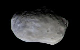 """Immagine a colori di Phobos ottenuta da TGO il 26 novembre 2016. Non sono colori del tutto """"reali"""" ma scelti per rilevare la composizione mineralogica superficiale. Crediti: ESA/Roscosmos/CaSSIS"""