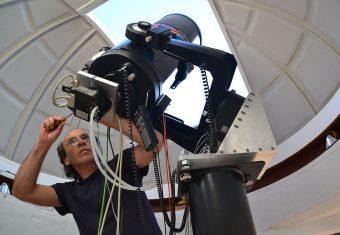 André van Staden nell'osservatorio che ha costruito nel giardino di casa sua, con un telescopio da 30 cm. Crediti: André van Staden