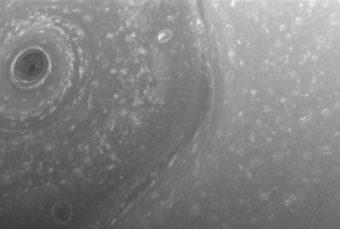 L'immagine mostra una parte del gigantesco vortice a forma di esagono presente intorno al polo nord del pianeta. Ogni lato dell'esagono è lungo quanto il diametro della Terra. Una tempesta circolare si trova al centro, al polo. L'immagine è stata scattata con la fotocamera grandangolare sonda Cassini il 3 dicembre 2016, ad una distanza di circa 390.000 chilometri da Saturno. Scala dell'immagine è di 23 chilometri per pixel. Crediti: NASA/JPL-Caltech/Space Science Institute