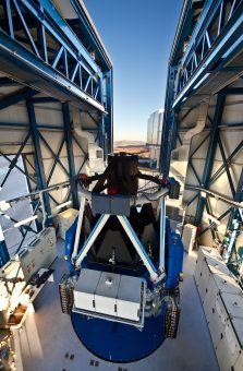 Il telescopio VLT Survey Telescope (VST), dotato di uno specchio principale di 2,6 metri di diametro e con un campo di vista di un grado quadrato, si trova all'Osservatorio Paranal dell'ESO nel deserto di Atacama (Cile settentrionale). Lo strumento è ospitato in una struttura in prossimità dei quattro telescopi che compongono il Very Large Telescope. VST è il più grande telescopio nel mondo dedicato alle campagne osservative del cielo nella luce visibileed è stato progettato e costruito dall'INAF-Osservatorio Astronomico di Capodimonte a Napoli nell'ambito di una Joint Venture tra INAF ed ESO