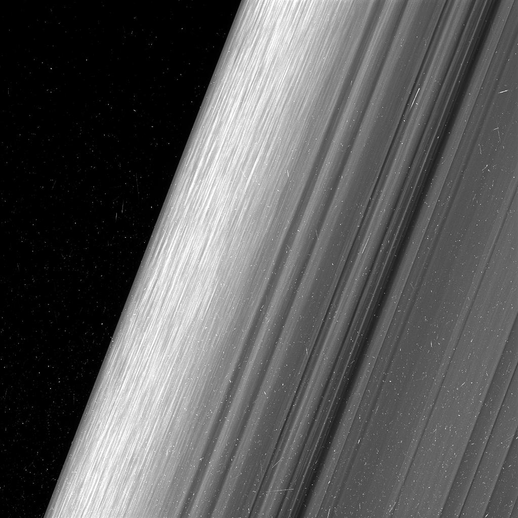 L'immagine mostra la parte esterna dell'anello B di Saturno. La sonda Cassini, al momento dell'acquisizione dell'immagine, si trovava a circa 52 mila km dagli anelli, e questo ha permesso alla sua camera a grande angolo di raggiungere l'incredibile dettaglio di 360 metri per pixel. Crediti: NASA/JPL-Caltech/Space Science Institute