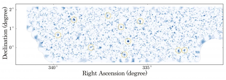 La mappa della distribuzione della materia oscura. Sono indicati da cerchi arancioni le maggiori concentrazioni di materia oscura individuabili dal lensing gravitazionale. Crediti: NAOJ/University of Tokyo
