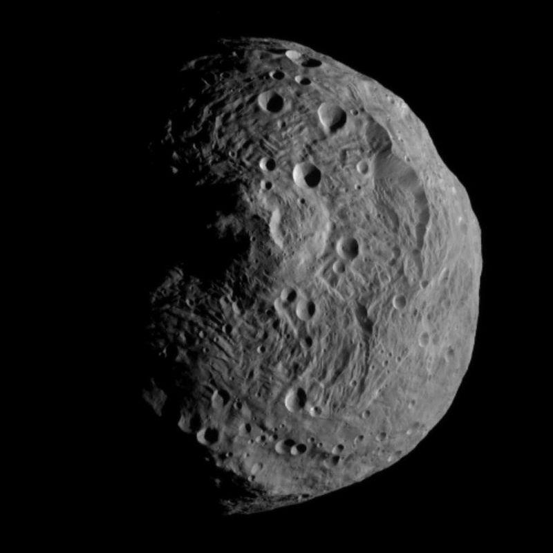 [Immagine: 800px-Vesta_from_Dawn_July_17.jpg]