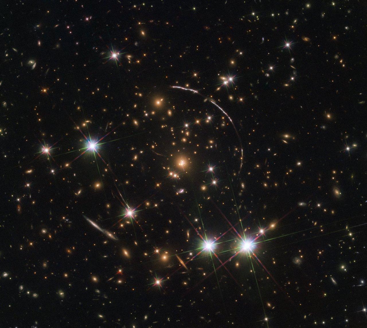 Galassia si fa in 12 sotto l'occhio di Hubble   MEDIA INAF